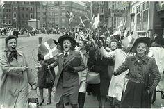 Mennesker på den flagsmykkede Frederiksberggade (Strøget) i København d. 5. maj 1945 | by Nationalmuseet
