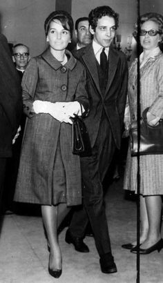 """""""....A senhora, além de linda, passou a ditar moda anos 60. Como foi isso? Eu tinha o Dener (estilista, morto em 1978). Um grande profissional e meu amigo. Praticamente me assessorava em tudo. Ele achava que eu tinha de aprender a caminhar, a descer escada, a sentar. (entrevista com a ex-primeira dama Maria Tereza Goulart)"""