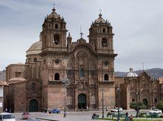 148. Iglesia de la compñía. Cuzco - En Perú se configuro una tipología específica de fachada retablo con frontón curvo partido.
