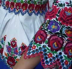 Folk Embroidery parna vintage linen and hemp: Traditional Hungarian Embroidery Siogard. Hungarian Embroidery, Folk Embroidery, Learn Embroidery, Vintage Embroidery, Shirt Embroidery, Chain Stitch Embroidery, Embroidery Stitches, Embroidery Patterns, Needlepoint Patterns