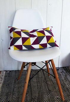 Housse de coussin 50 x 30 cm motifs rétro géométriques Triangles Jaune, Gris et Prune aubergine : Textiles et tapis par zig-et-zag