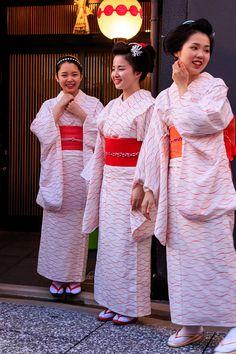 Umeno family dancing: Geiko Umeha, Maiko Umechie, Maiko Umehina and Shikomi Umekana Kimono Japan, Japanese Kimono, Beautiful Japanese Girl, Japanese Beauty, Kabuki Costume, Long Sleeve Kimono, Japan Landscape, Geisha Art, Kimono Design