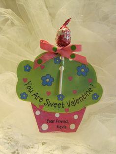 Olá amigos, vejam só que gracinhas estas lembrancinhas de cupcake com pirulito.   Aproveite o molde e faça a lembrancinha de Eva ou papel ...
