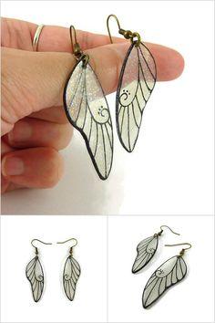 Boucles d'oreille ailes de fées transparentes et noires finement pailletées - Bijoux fantaisie éco-responsables réalisés sur commande par @savousepate à partir de plastique recyclé (CD) - Idée cadeau femme