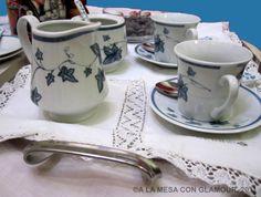 El café y las infusiones se debenllevar a la mesa en una bandejacon el resto de complementos necesarios como cucharillas, leche caliente, etc.