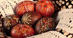 O věnečku ze svídy jsem psala v tomto  příspěvku a nyní jsem v něm vyfotila kraslice pro vracející se zákaznici.         S dcerkou jsm... Easter Eggs, Crafts, Food, Holidays, Crochet, Drop Cookie Recipes, Crack Crackers, Manualidades, Holidays Events