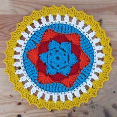 Free crochet pattern: sunny mandala | Happy in Red...Great pattern for a decorative mug rug!