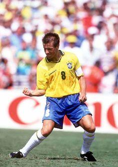 Dunga comemora após marcar um gol nos pênaltis contra a Itália, na final do mundial. Ele foi o último brasileiro a bater. Logo depois, Roberto Baggio chutou um pênalti para fora do estádio e deu o tít