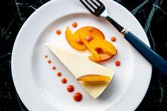 Delicious dessert blanc Vanilla Cheesecake with Peach. Köstliche Desserts, Delicious Desserts, Bar Lounge, Fine Dining, Restaurant Bar, Vienna, Cheesecake, Vanilla, Peach