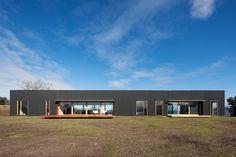 Architects of Doherty Lynch studio have designed this modern farmhouse 'Finnon Glen' near the reservation Healesville in Victoria, Australia. Modern Barn House, Modern House Design, Kit Homes Australia, Vic Australia, Victoria Australia, Farmhouse Architecture, Architecture Design, House Cladding, Exterior Cladding