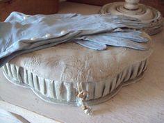 gants ancien de couleur bleu-gris et ancienne boite en tissu : superbes ! VENDUS !