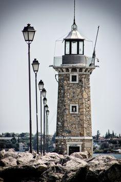 Line up lighthouse by Koen IJpelaar, via 500px.