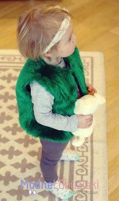 Kamizelka ze sztucznego futerka w intensywnym zielonym kolorze to cudowny dodatek do stroju Twojej córki.