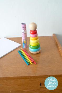 12 crayons de couleur barbapapa. Un tube en métal qui renferme les crayons de couleur, les enfants seront ravis de colorier leurs chefs d'œuvre avec ces crayons originaux. Artiste au travail !