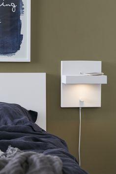 Kubik vägglampa och vägghylla i vit metall från Markslöjd. Du kan dimra lampan och ladda telefonen genom USB uttaget. 2m sladd och inbyggd dimmer. 5W fast LED. 525 Lumen. Varmvit 3000K. Energiklass A. Design James & Thedin. #interior #interiör #inspiration #sovrum #bedroom #sänglampor #bedlights #lamp #lampa #lights #markslöjd