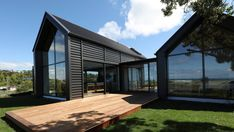 Grand Designs NZ: Dunedin beach crib is a DIY-on-the-side project Modern Barn House, Barn House Plans, Modern Beach Houses, Cabin Plans, Grand Designs New Zealand, Grand Designs Houses, Country House Design, Shed Homes, Kit Homes
