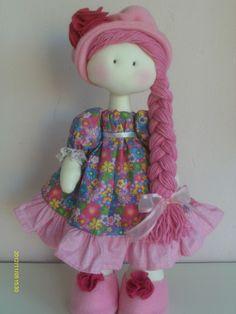 Boneca de pano com corpo em algodão cru ,roupas em tecido de algodão e cabelos de lã Altura 40 cm R$ 95,00
