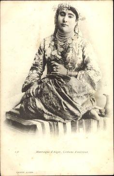 Carte postale Mauresque d'Alger, Costume d'intérieur, Portrait einer Araberin in Volkstracht,