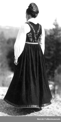 Digitalt Museum - Bryllupsdrakt, Brudedrakt Folk Costume, Costumes, History Photos, Norway, Scandinavian, Ethnic, Goth, Museum, Crown