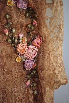 Rendas com borados de rosa de cetim fica tão linda que vestimos corpo e alma. . .  ~ Sol Holme ~ ●○○○●❁ڿڰۣ❁●○○○●
