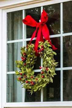 Christmas Window Decor Ideas that'll give your home a Vivacious look - Ethinify Christmas Window Boxes, Christmas Wreaths With Lights, Artificial Christmas Wreaths, Christmas Window Decorations, White Christmas Trees, Christmas Porch, Silver Christmas, Victorian Christmas, England Christmas
