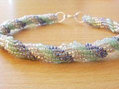 Náramok je zhotovený z korálok mentolovej, modrej a striebornej farby.