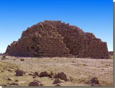 De piramide te El-Koela. Momenteel zijn er zeven trappenpiramides die bekend staan als 'de provinciale trappenpiramides'. Wat precies het doel was van deze relatief kleine piramides is tot op heden niet duidelijk. Er wordt bijvoorbeeld verondersteld dat ze het geboorteland van de echtgenoten van de farao aanduiden, of dat deze piramides heilige plaatsen van Horus en Seth waren. Lees het volledige artikel over deze provinciale piramides op Kemet.nl