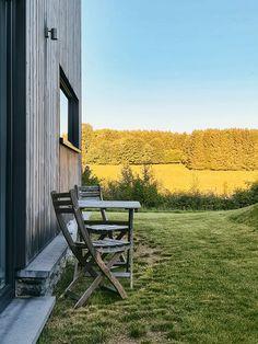 Belle Gite - Vakantiehuizen in de Ardennen. Durbuy, La Roche en Dinant Outdoor Chairs, Outdoor Furniture, Outdoor Decor, Park, Home Decor, Decoration Home, Room Decor, Parks, Garden Chairs