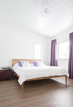 Vaalea makuuhuone violeteilla yksityiskohdilla Bed, Furniture, Design, Home Decor, Decoration Home, Stream Bed, Room Decor, Home Furnishings