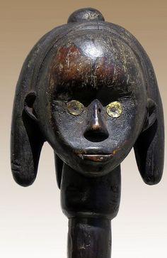 Net als bij vele volkeren van de wereld, voorouder aanbidding voor Gabon van etnische groepen ook tot uiting in de cultus van een schedel. De Fang Bewaar schedels in een cilindrische fles gemaakt van boomschors dat is afgewerkt met een hoofd- of figuur. Dit vak schors en hoofd heet Mercier (Byeri) en serveert zowel religieuze als magische doeleinden binnen het gezin en in de Gemeenschap plechtigheden. Wat is er interessant over deze hoofd is dat het is gemarkeerd aan de onderzijde (zie…