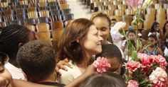 Alunos aproveitam fim de semestre para homenagear professora diagnosticada com câncer. Ela não conseguiu segurar as lágrimas.
