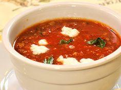 Rajčatová polévka smozzarellou abazalkou
