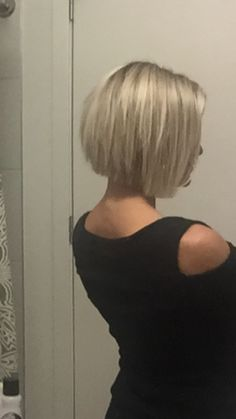 Short blonde choppy inverted bob @krissafowles
