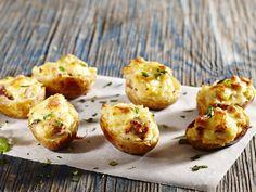 From the YOU test kitchen: Potato skins Potato Recipes, Veggie Recipes, South African Recipes, Ethnic Recipes, Braai Recipes, Good Food, Yummy Food, Potato Skins, Quick Snacks