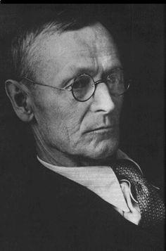 """(1877 - 1962) Foi um escritor alemão que em 1923 se naturalizou suíço. Nobel de Literatura, Hermann Hesse é um dos mais importantes escritores alemães do século 20 e sua obra provoca uma espécie de culto místico. O autor do romance """"O Lobo da Estepe"""" quis mudar-se para o Brasil e, depressivo, foi paciente de J. B. Lang e de C. G. Jung. ―Hermann Hesse"""