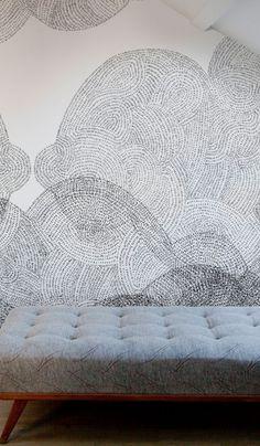 Papier peint noir et blanc derrière une grande bibliothèque sans fond