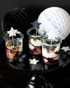 Nobake-Joghurt-Törtchen mit Blaubeeren #nobake #törtchen #rezept #blueberries #heidelbeeren #joghurt #dessert #nachtisch #imglas #weck #rezept