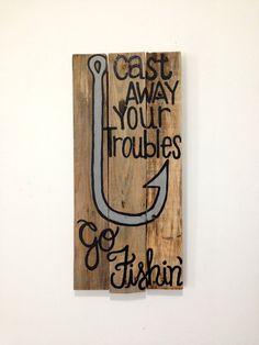 « Cast Away Your Troubles, aller Fishin »--cette citation est peint à la main, avec un hameçon, sur une palette de 10 x 20.5 upcycled. Ce projet est peinte