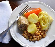 """Barcelona Escudella de carne a la Olla La """"escudella"""" normalmente se acompaña de la """"carn d'olla"""" y la """"pilota"""", por lo tanto podemos considerar que el plato se sirve en dos presentaciones, un plato con el caldo y """"galets"""" (pasta en forma de caracol) y otro con la """"carn d'olla"""" y la """"pilota""""."""