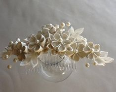 White Bridal Hair Comb - White Kanzashi Flowers with Pearls - Wedding Flowers Bridal Headpieces Hair Accessories Wedding Hair Flowers, Hair Comb Wedding, Flowers In Hair, Gold Hair Accessories, Bridal Accessories, Bridal Comb, Bridal Headpieces, Vino Color, Azul Real