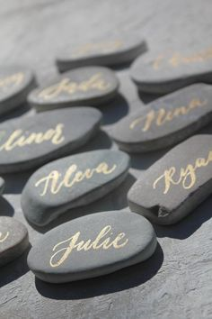 Stone Place Cards with gold calligraphy - Gold calligraphy place card - Stone Place Cards - Wedding Place Card - Rock Place Card - Stein-Tischkarten mit gold Kalligraphie Gold Kalligraphie Wedding Places, Wedding Place Cards, Destination Wedding, Wedding Trends, Diy Wedding, Wedding Decor, Wedding Photos, Wedding Ideas, Calligraphy Name