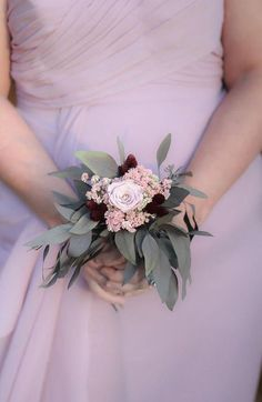 Bouquets fit for a Fall/winter wedding are truly gorgeous. You can use the flowers in your bouquet to complement your wintery decor and seasonal surroundings. #weddingbouquets #bouquet #wedding #weddingday #weddingideas