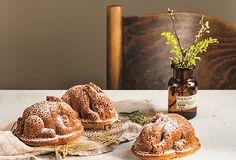 Roztomilí zajíčci ze šlehačkového bábovkového těsta se na velikonoční tabuli budou vyjímat. Můžete je jen poprášit cukrem nebo třeba polít čokoládovou polevou. #recept #zajic #babovka #peceni #velikonoce #recipe #baking #rabbit #easter Bread, Mini, Food, Brot, Essen, Baking, Meals, Breads, Buns