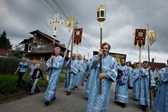 RUSSIA. Vladimirskoe, Nizhegorodskaya oblast. 2011. Near the lake of Svetloyar. On the day of the slavic summer festival of Ivan Kupala, a procession of icons from a nearby church, to a chapel by the lake.