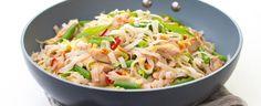 Nudle dejte do mísy a zalijte je vroucí vodou. Přiklopené nechte 6–8 minut stát, aby změkly. Sceďte je a dejte stranou. Olej rozpalte ve wok pánvi,... Wok, Potato Salad, Cabbage, Cooking Recipes, Bread, Vegetables, Ethnic Recipes, Kitchen, Fitness