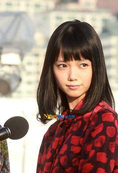 セミロングカット×丸顔さん必見のヘアスタイルは宮崎あおいから学べ☆ナチュラルストレート×ぱっつん前髪のアレンジでピュアな少女に♬素敵な髪型