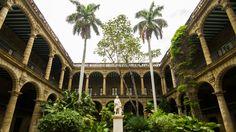 Le Palacio de los Capitanes Generales, situé à la Havane est la résidence officielle des gouverneurs de Cuba. Il s'agit également du musée de la ville de la Havane où l'on peut admirer des expositions d'art et des artefacts historiques ainsi que plusieurs pièces et chambres préservées avec l'ancienne décoration de style coloniale. De l'extérieur, on peut voir une belle architecture de style baroque avec ses colonnes et ses arcades majestueuses.