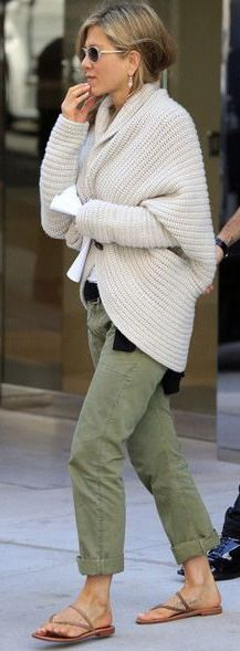 Jennifer Aniston - Jennifer Aniston kept it California casual with green pants, strappy sandals and a chunky cardigan. Fashion Mode, Look Fashion, Fashion Outfits, Womens Fashion, Fashion Ideas, 50 Fashion, Petite Fashion, Fall Fashion, Fashion Tips