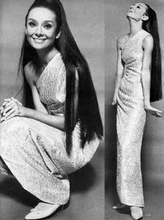 She looks INCREDIBLE with long, loose hair!Audrey Hepburn in Givenchy - 1964 - Vogue - Photo by Sir Cecil Beaton Audrey Hepburn Outfit, Audrey Hepburn Pictures, Audrey Hepburn Mode, Divas, Vintage Beauty, William Klein, Cecil Beaton, Actrices Hollywood, Looks Black