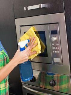 Récurer le four micro-ondes : Les meilleures astuces de grand-mère pour nettoyer…